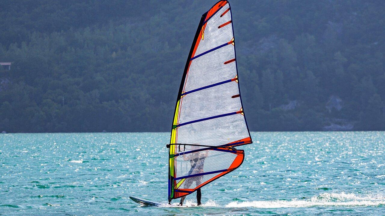 persona_sul_windsurf_depositphotos