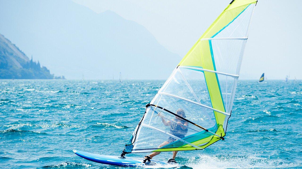 sfrecciare_acqua_windsurf_shutterstock