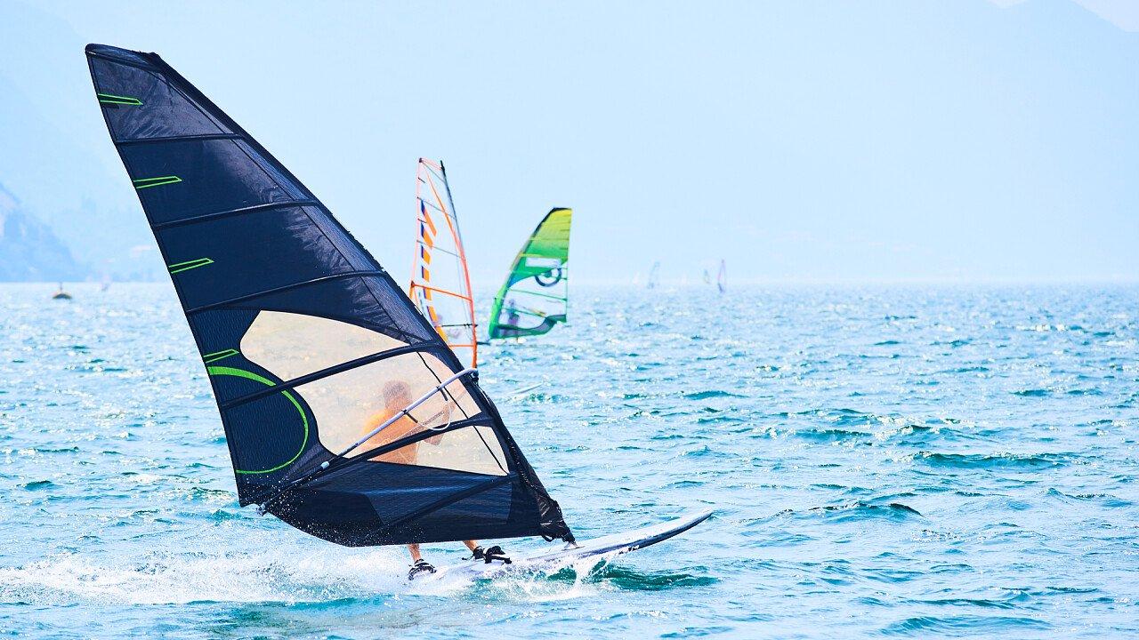 vela_nera_windsurf_shutterstock
