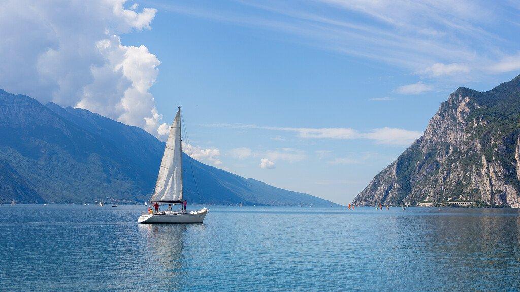 Vela sui laghi delle Dolomiti: uno sport acquatico assolutamente da provare! - cover