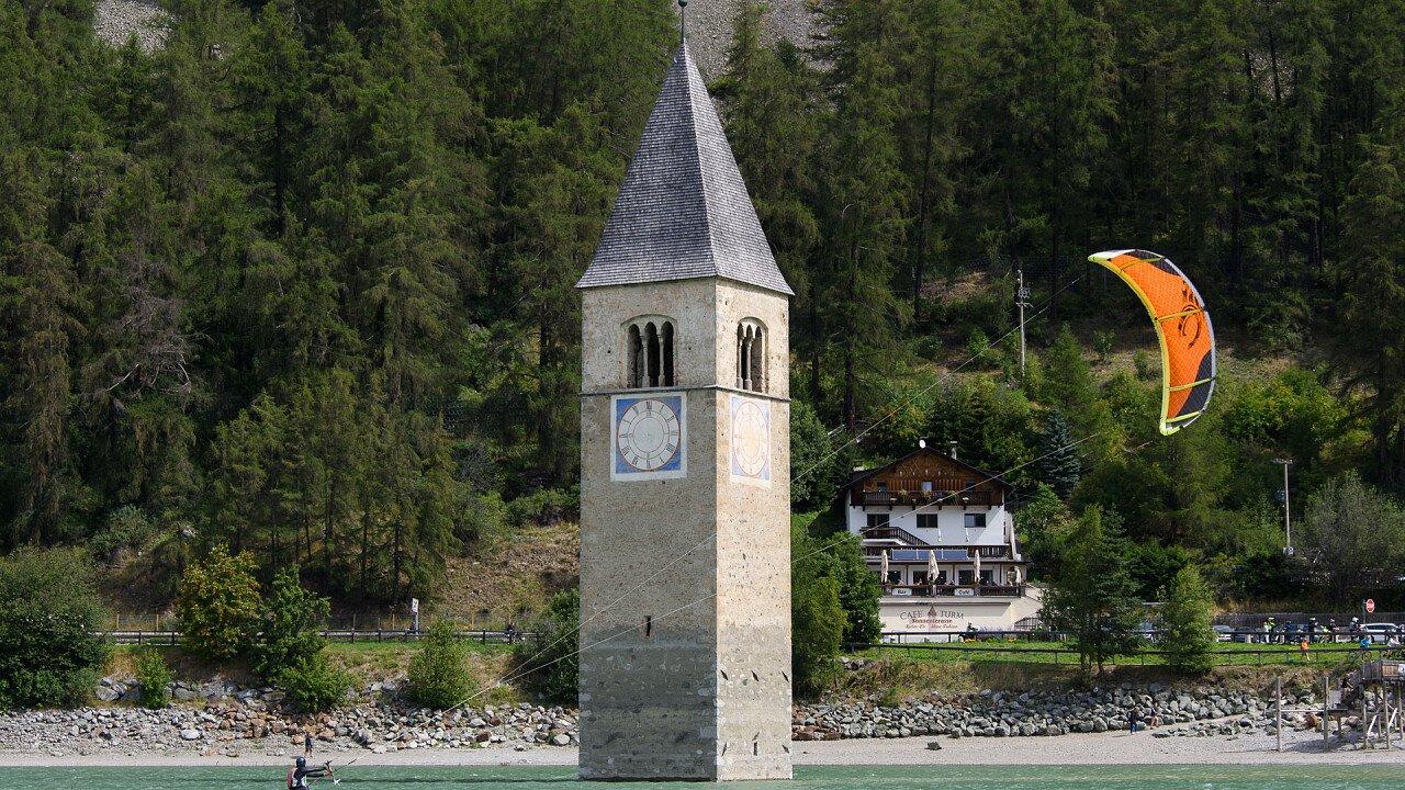 kitesuf_campanile_lago_resia_shutterstock