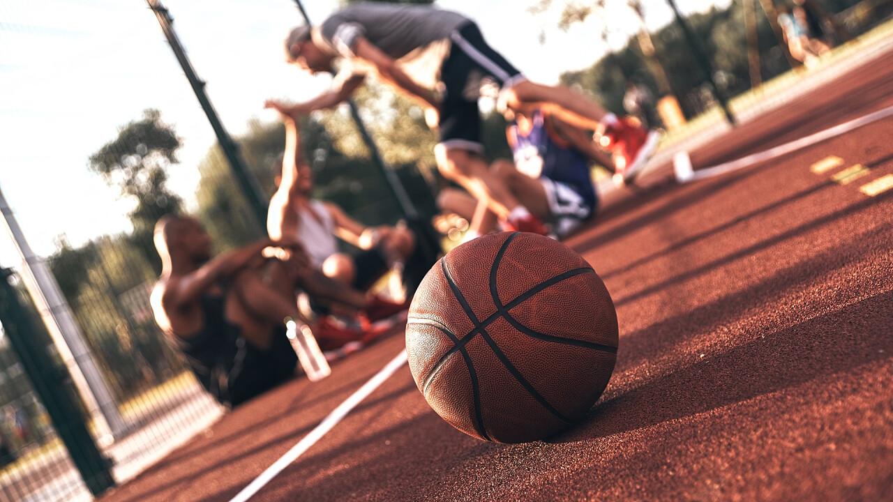 palla_da_basket_giocatori_campetto_shutterstock