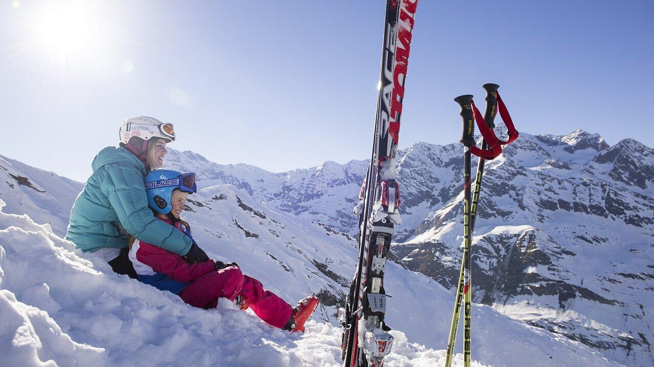 Mamma con bimbo con gli sci a Plan in Passiria