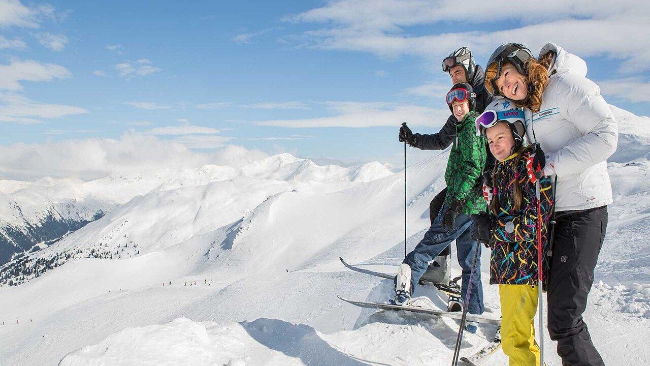 Famiglia sulle piste a San Martino in Val Sarentino