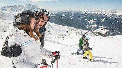 Famiglia con gli sci a San Martino in Val Sarentino